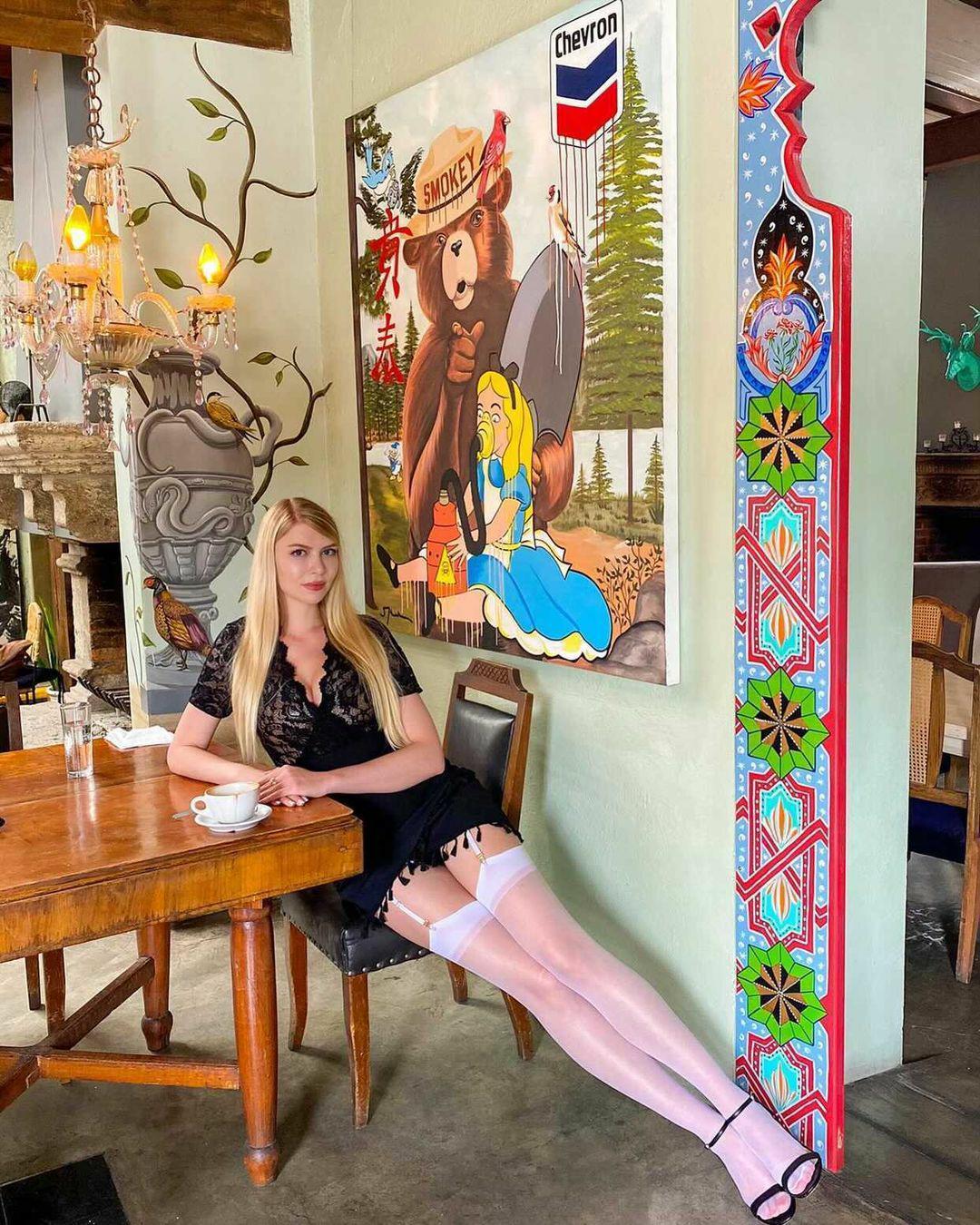 Legs 🦵 At The Cafe @anna.leggy