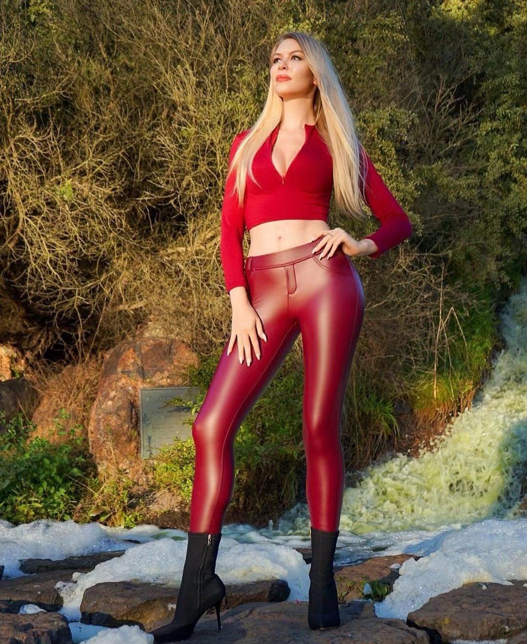 Blonde 👱♀️ Elektra 😂