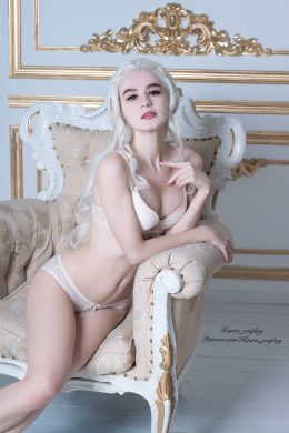 Every Queen Need A Rest. Kanra_cosplay As Daenerys Targaryen Sexy Version
